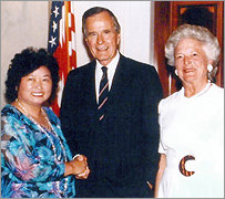 Yi-yu, her mother, and her brother with  President Clinton at the White House